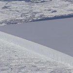 การค้นพบภูเขาน้ำแข็งทรงสี่เหลี่ยมผืนผ้าสมบูรณ์แบบในธรรมชาติ